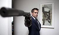 Colin Farrel apuntando con su arma